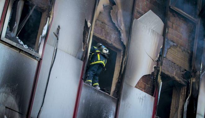 Πυρκαγιά ξέσπασε νωρίς τα ξημερώματα στο κτήριο που στεγάζεται η Β'ΔΟΥ Λάρισας στο κέντρο της πόλης, Σάββατο 3 Μαρτίου 2018 (EUROKINISSI/ΜΙΧΑΛΗΣ ΜΠΑΤΖΙΟΛΑΣ)