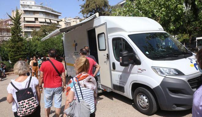 Μονάδες του ΕΟΔΥ διενεργούν τεστ στην πλατεία Κυψέλης