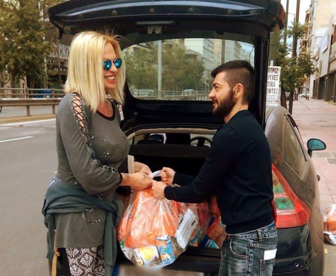 Η Ραφαέλα με τον Τάσο ετοιμάζονται για την εβδομαδιαία διανομή τροφίμων και ειδών πρώτης ανάγκης σε τρανς και ΛΟΑΤΚΙ άτομα, εν μέσω πανδημίας