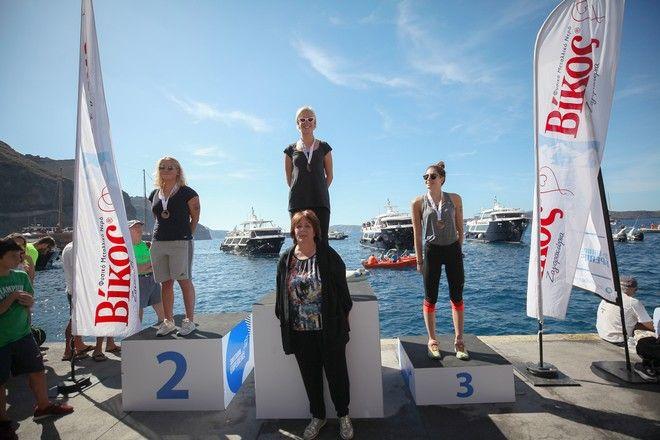 Οι τρεις πρώτες κολυμβήτριες στον αγώνα κολύμβησης open water by Vikos με την Αντιδήμαρχο Θήρας, Οίας, Θηρασίας, κα. Σοφία Κίτσου
