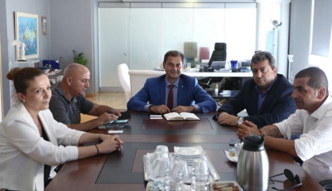 Συνάντηση του υπουργού Τουρισμού Χάρη Θεοχάρη  με τον πρόεδρο του Επαγγελματικού Βιοτεχνικού Επιμελητηρίου Σαμοθράκης και τον δήμαρχο του νησιού.