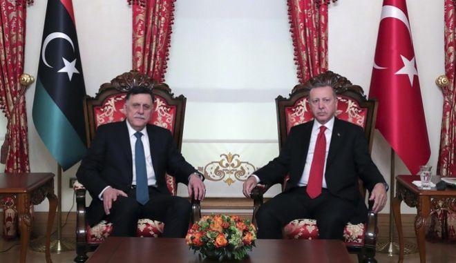Ο πρόεδρος της Τουρκίας Ρετζέπ Ταγίπ Ερντογάν μαζί με τον επικεφαλής της διεθνώς αναγνωρισμένης κυβέρνησης της Λιβύης Φαγιέζ αλ Σαράι