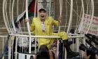 H Vivienne Westwood κλείστηκε σε κλουβί ως ένδειξη συμπαράστασης στον Τζούλιαν Ασάνζ