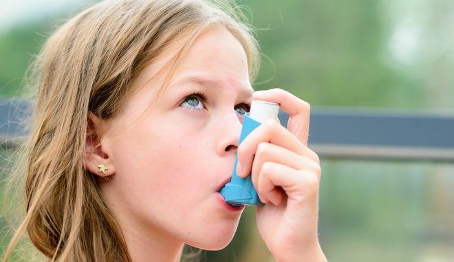Κορίτσι κάνει εισπνοή φαρμάκου για το άσθμα
