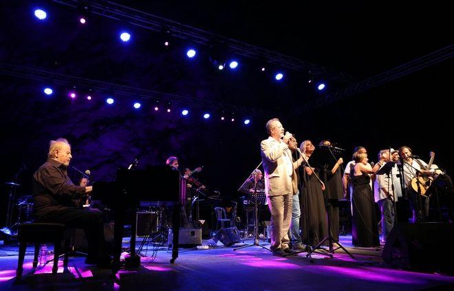 Στιγμιότυπο από συναυλία για τον Γιάννη Σπανό