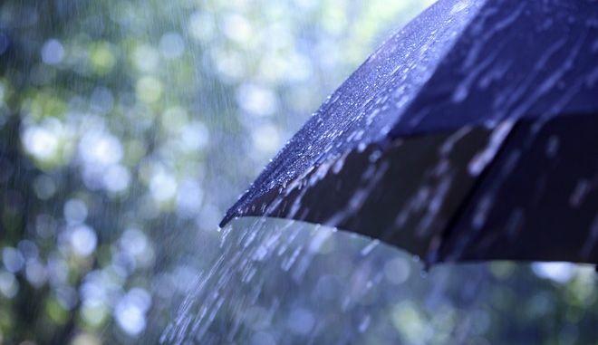 Τοπικές βροχές και θερμοκρασία χωρίς αξιόλογη μεταβολή το τριήμερο