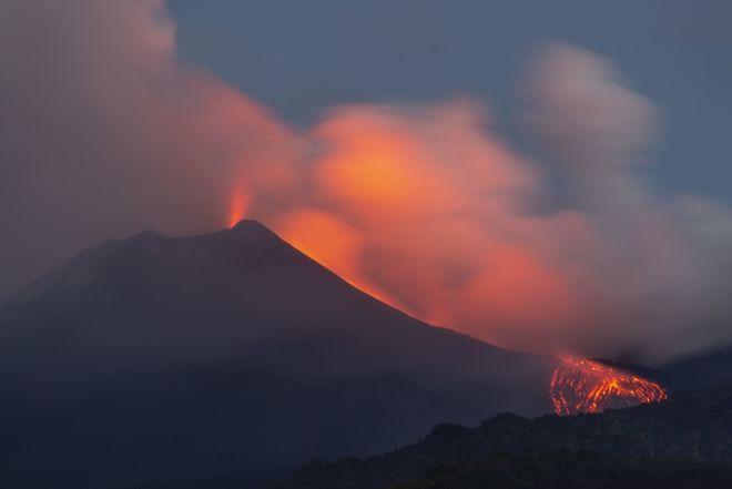 Έντονη ηφαιστειακή δραστηριότητα παρουσιάζει τις τελευταίες ώρες η Αίτνα