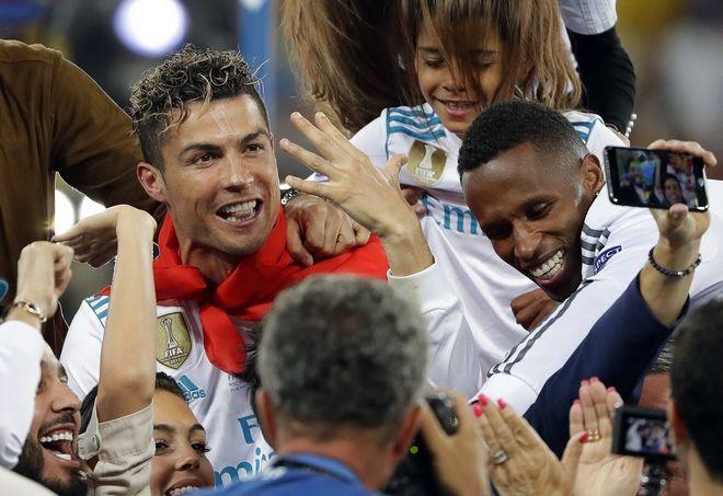 Ο Κριστιάνο Ρονάλντο πανηγυρίζει μαζί με οπαδούς της Ρεάλ