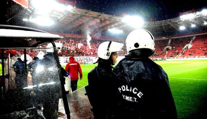 """Ολυμπιακός - ΠΑΟΚ 0-1: Επεισόδια μεταξύ οπαδών του Ολυμπιακού κι Αστυνομίας στο """"Γ. Καραϊσκάκης"""""""