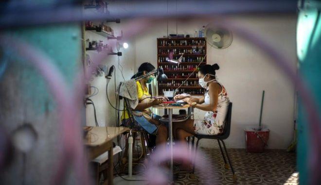 Δύο γυναίκες στην Κούβα με μάσκα εξαιτίας του νέου κορονοϊού