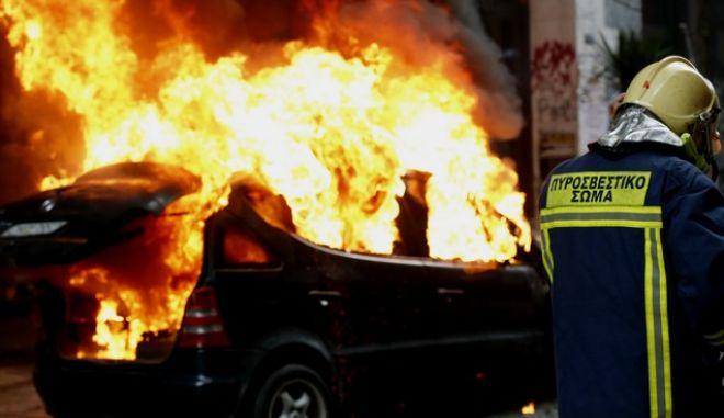 Μικροένταση στα Εξάρχεια μετά την ολοκλήρωση της πορείας.Πέτρες,μολότοφ και ένα φλεγόμενο αυτοκίνητο στην οδό Σολωμου,Πέμπτη 4 Φεβρουαρίου 2016 (EUROKINISSI/ΤΕΛΙΟΣ ΜΙΣΙΝΑΣ)