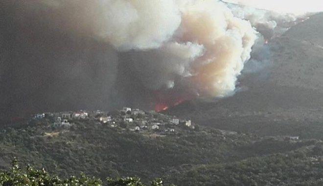 Κοντά σε σπίτια η φωτιά στην Πάτρα. Συνεχείς αναζωπυρώσεις στη Μάνη