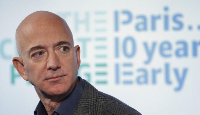 O Jeff Bezos 'έβγαζε' ως CEO της Amazon το ποσό των 321 εκατομμυρίων δολαρίων τη μέρα (των 13.4 εκατομμυρίων την ώρα και των 22.884 δολαρίων το λεπτό).