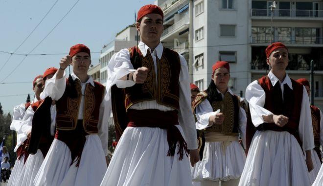 Με λαμπρότητα η μαθητική παρέλαση για την 25η Μαρτίου