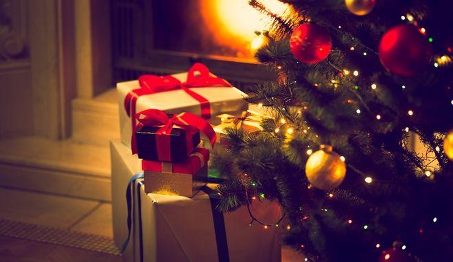 Δώρα κάτω από το Χριστουγεννιάτικο δέντρο