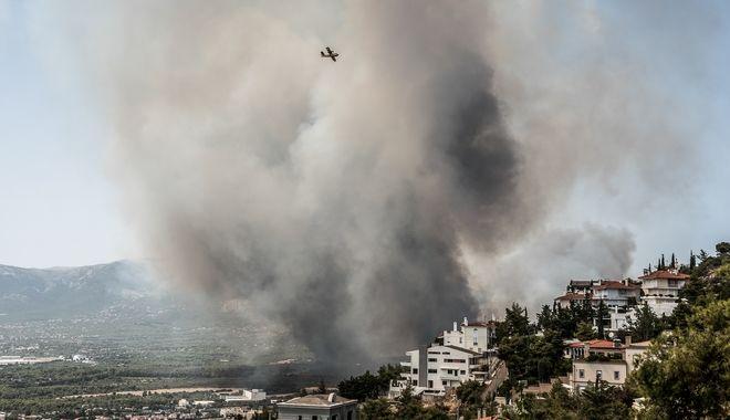 Στιγμιότυπο από την μεγάλη φωτιά στη Βαρυμπόμπη (Τρίτη 3/8/21)