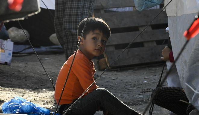 Ένα παιδάκι πρόσφυγας στη Λέσβο