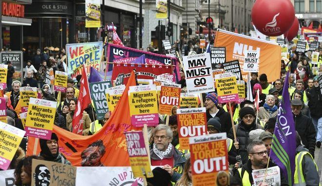 """Εκατοντάδες εμπνεόμενοι από τα """"κίτρινα γιλέκα"""" της Γαλλίας διαδηλώνουν κατά της πολιτικής λιτότητας της κυβέρνησης Μέι"""