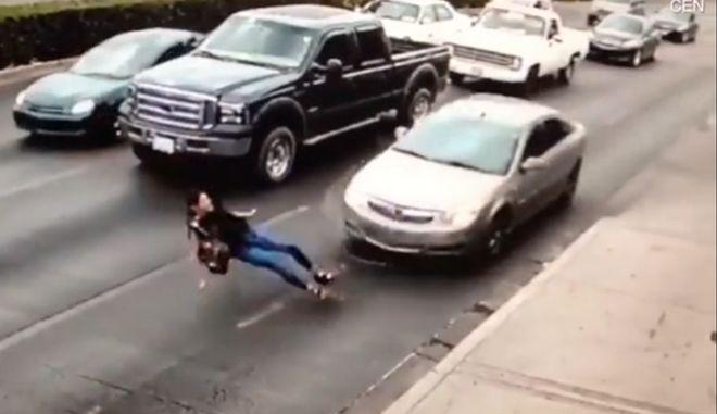Σοκαριστικές εικόνες: Παραπάτησε με τα ψηλοτάκουνα και την πάτησε αυτοκίνητο