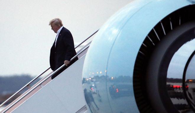 Ο Αμερικανός πρόεδρος Donald Trump αποβιβάζεται από το Air Force One