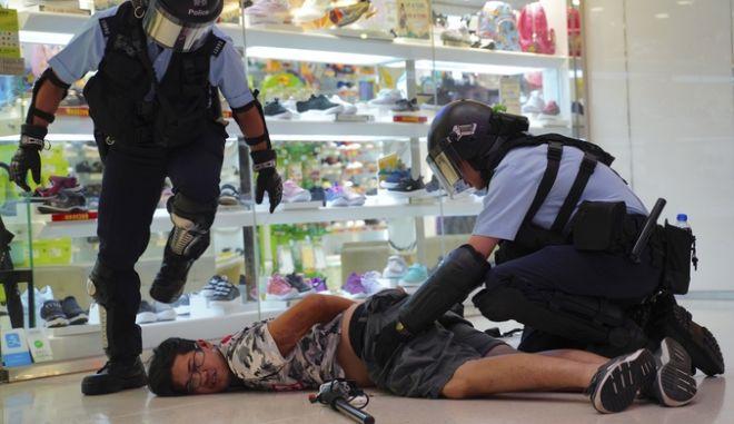 Αστυνομικός συλλαμβάνει διαδηλωτή