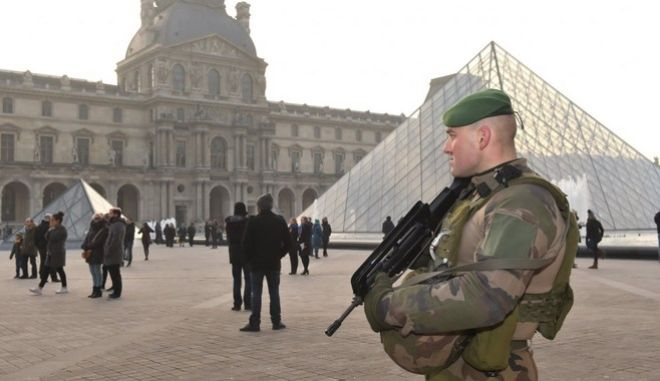 Υπό κράτηση ο δράστης της επίθεσης στο Λούβρο