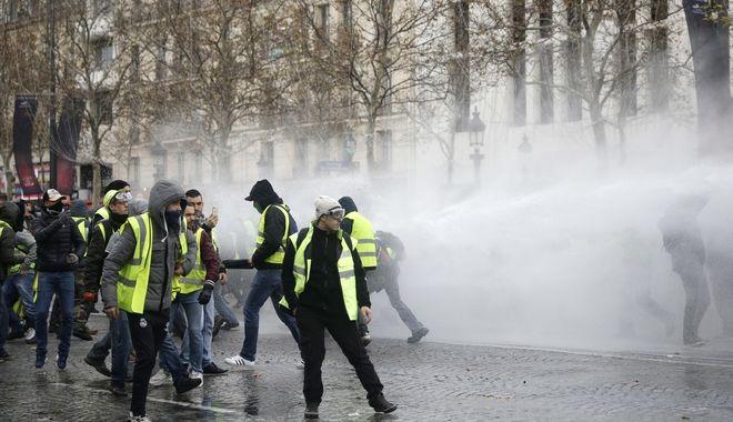 Συγκρούσεις διαδηλωτών και αστυνομίας στο Παρίσι