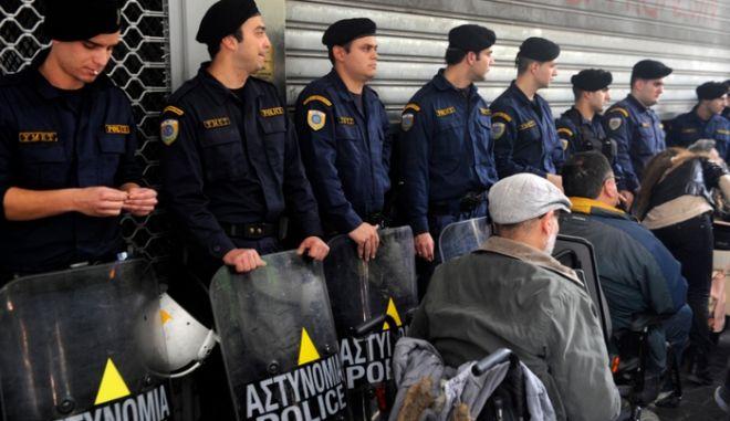 Διαμαρτυρία ΑμΕΑ για το 'τσεκούρι' σε συντάξεις και επιδόματα