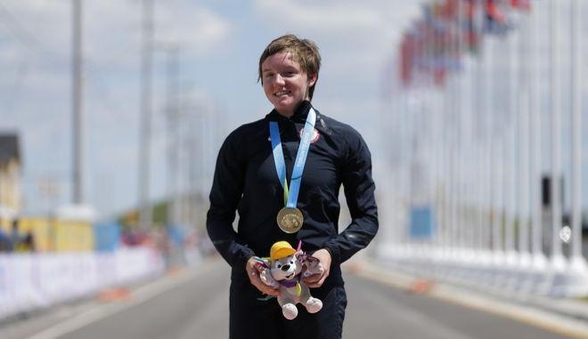 Η Κέλι Κάτλιν φορώντας το μετάλλιο της