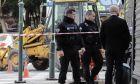 Αστυνομικοί έχουν αποκλείσει την περιοχή στην οδό Ερμού στο Σύνταγμα, όπου εντοπίστηκε οβίδα του 2ου Παγκοσμίου Πολέμου  (EUROKINISSI/ΓΙΑΝΝΗΣ ΠΑΝΑΓΟΠΟΥΛΟΣ)