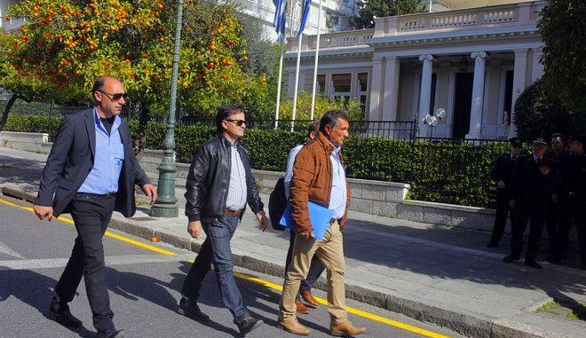 Αντιπροσωπεία αγροτών στο Μέγαρο Μαξίμου την Δευτέρα 15 φεβροαυρίου 2016, προκειμένου να επιδώσει τις προτάσεις και τις θέσεις της Επιτροπής από δεκάδες μπλόκα, στη βάση των οποίων προτίθεται να προχωρήσει σε διάλογο με τον πρωθυπουργό, Αλέξη Τσίπρα. Το υπόμνημα με τα αιτήματα επιδόθηκαν στον διευθυντή του γραφείου του πρωθυπουργού, Αγγελο Τσέκερη. (EUROKINISSI/ΓΙΩΡΓΟΣ ΚΟΝΤΑΡΙΝΗΣ)