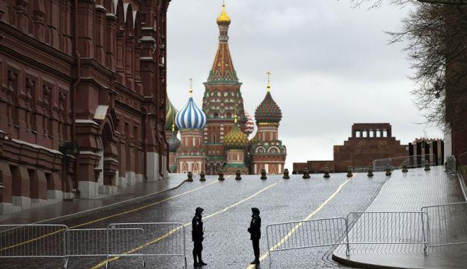 Αστυνομικοί στην κλειστή και άδεια Κόκκινη Πλατεία της Μόσχας