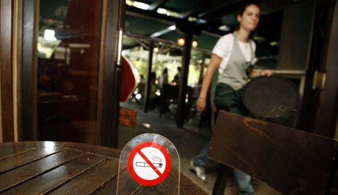 Στιγμιότυπο απο καφετέρια στην Αθήνα πρώτη μέρα της απαγόρευσης του καπνίσματος στους εσωτερικούς χώρους των καταστημάτων,σήμερα 01 Ιουλίου 2009  ( EUROKINISSI / ΧΑΣΙΑΛΗΣ ΒΑΪΟΣ )