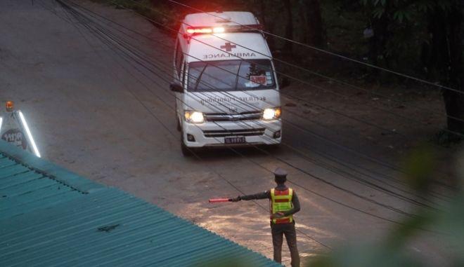 Ασθενοφόρο που μεταφέρει αγόρια που απεγκλωβίστηκαν από την πλημμυρισμένη σπηλιά στην Ταϊλάνδη