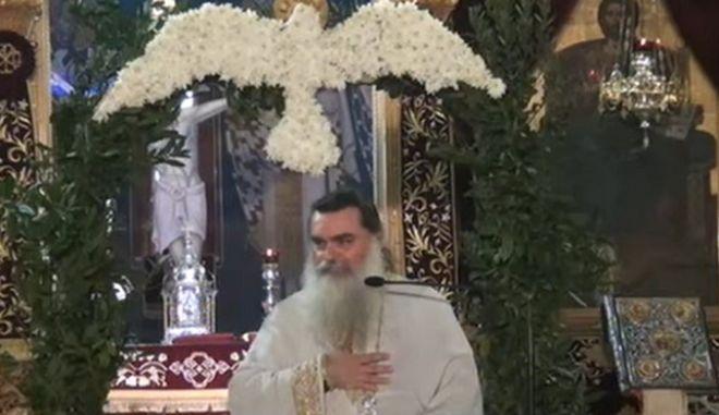 Αγρίνιο: Ιερέας κοινωνεί από την ίδια λαβίδα με ασθενείς κορονοϊού