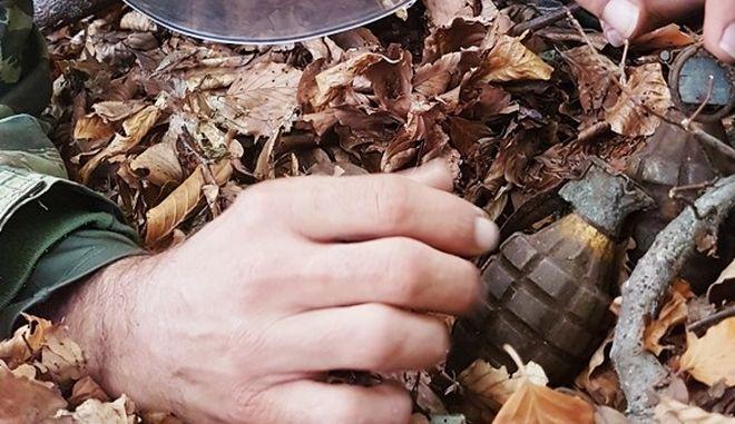 Χειροβομβίδα σε χώμα (φωτογραφία αρχείου)