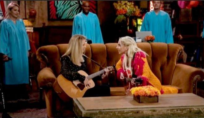 """Friends Reunion: Η Lisa Kudrow αναγκάστηκε να """"γκουγκλάρει"""" για να τραγουδήσει με τη Lady Gaga"""
