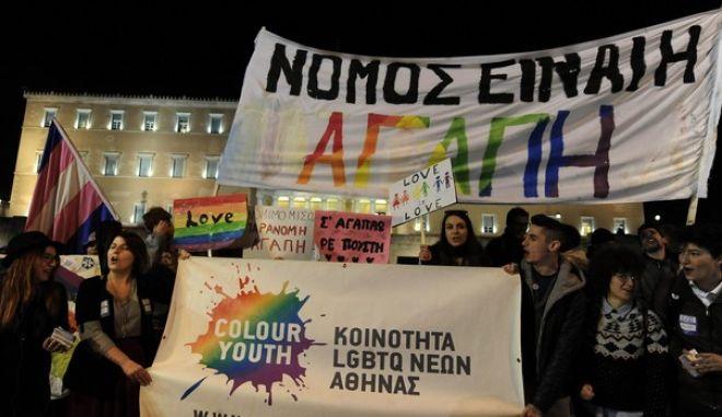συγκέντρωση στήριξης στο Σύμφωνο Συμβίωσης από το Δίκτυο Ελληνικών ΛΟΑΤΚΙ+ Οργανώσεων με αφορμή την ψήφιση του νομοσχεδίου στην Βουλή την Τρίτη 22 Δεκεμβρίου 2015. (EUROKINISSI/ΤΑΤΙΑΝΑ ΜΠΟΛΑΡΗ)