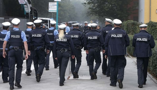 German police officers are checking houses and apartments during an evacuation of more than 60 000 people in Frankfurt, Germany, Sunday, Sept. 3, 2017. The evacuation became necessary due to an unexploded 1.8 ton WW II bomb that will be diffused later in the day. (AP Photo/Michael Probst)
