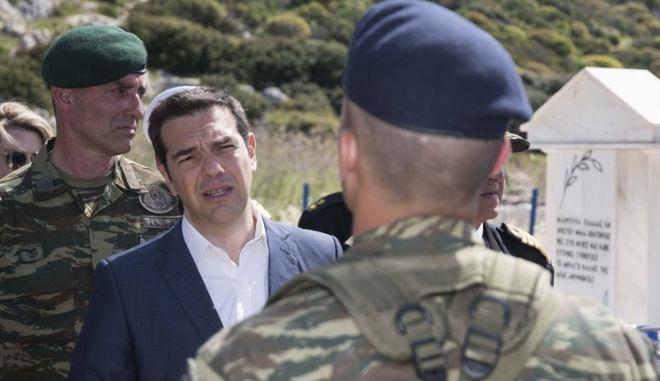 Ο Αλέξης Τσίπρας συνομιλεί με άνδρες του στρατού στο Καστερόριζο