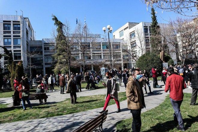 Κόσμος στη Λάρισα βγήκε στους δρόμους μετά τον σεισμό 5,9 Ρίχτερ κοντά στην Ελασσόνα