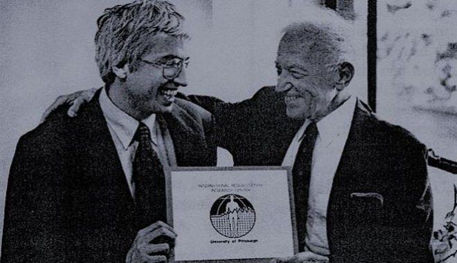 Ο Πέτερ Σάφαρ (δεξιά) έγινε ο 'πατέρας' της σύγχρονης ανάνηψης, αυτός που εμφάνισε τα ασθενοφόρα στον πλανήτη και τις μονάδες εντατικής θεραπείας.