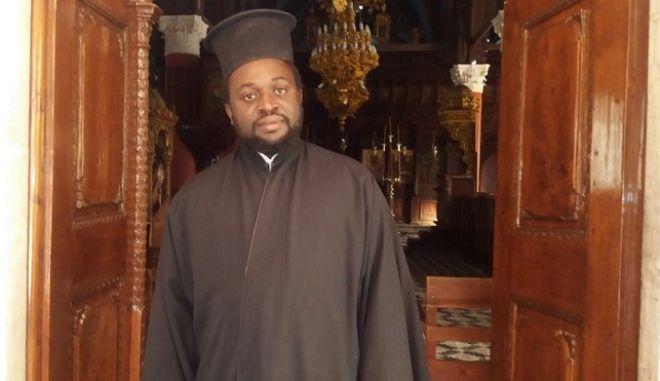 Ο ιερέας από την Ουγκάντα που αγκάλιασε η κοινωνία της Ρόδου