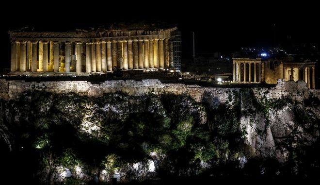 """Ο βράχος της Ακρόπολης φωταγωγημένος λίγα λεπτά πριν σβήσουν οι προβολείς προκειμένου να συμμετέχει η πόλη της Αθήνας στην """"Ώρα της Γης"""", στην παγκόσμια προσπάθεια ευαισθητοποίησης για την αντιμετώπιση της κλιματικής αλλαγής. το Σάββατο 24 Μαρτίου 2018. Η φετινή """"Ώρα της Γης"""" στέλνει μήνυμα προστασίας της μοναδικής θαλάσσιας βιοποικιλότητας. (EUROKINISSI/ΓΙΩΡΓΟΣ ΚΟΝΤΑΡΙΝΗΣ)"""