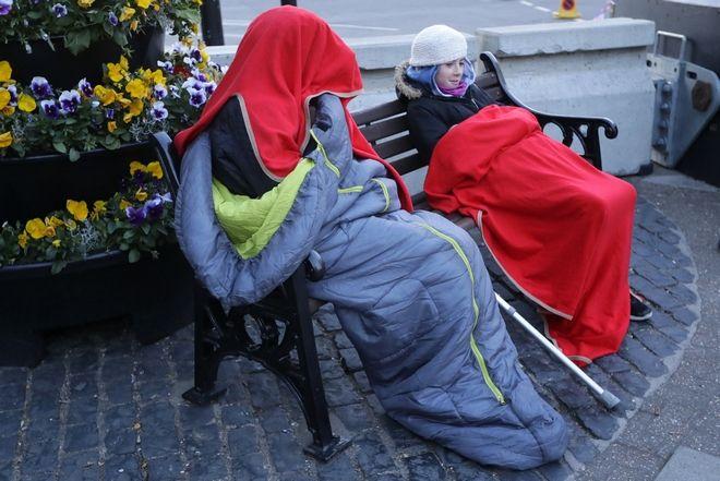 Οι πολίτες προσπαθούν να παραμείνουν ζεστοί στα παγκάκια και άλλα σημεία γύρω από το ναό όπου θα τελεστούν οι γάμοι της Μέγκαν Μάρκλ και του πρίγκιπα Χάρι