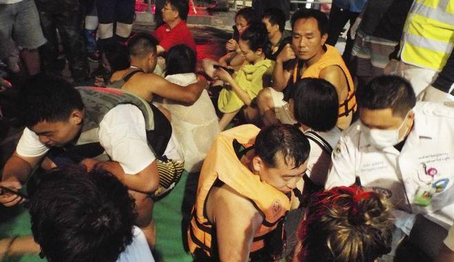 Ένας νεκρός, 53 αγνοούμενοι μετά τη βύθιση τουριστικού σκάφους