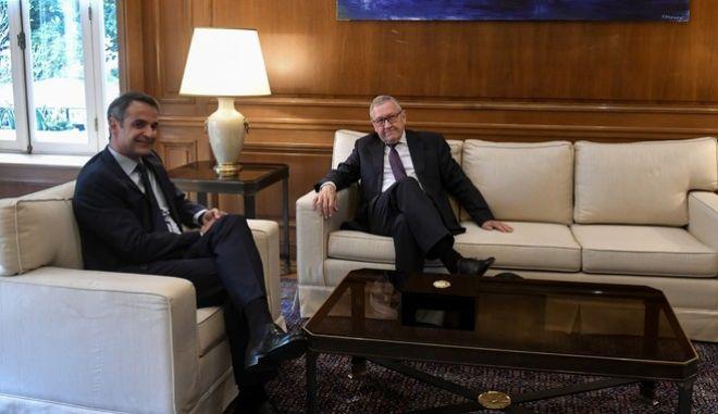 Στιγμιότυπο από τη συνάντηση του πρωθυπουργού, Κ. Μητσοτάκη, με τον Γενικό Διευθυντή του ESM, Κλάους Ρέγκλινγκ