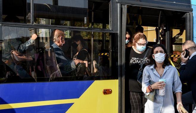 Στιγμιότυπα από την κίνηση σε λεωφορεία και τρόλεϊ στο κέντρο της Αθήνας