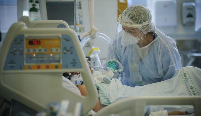 Νοσηλεύτρια σε Μονάδα Εντατικής Θεραπείας.