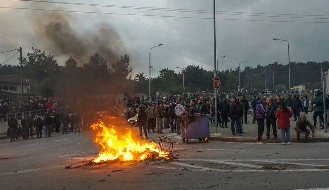 Συγκέντρωση κατοίκων της Λέσβου έξω από το στρατόπεδο Κυριαζή, όπου βρίσκονται διμοιρίες ΜΑΤ που έχουν σταλεί από την Αθήνα